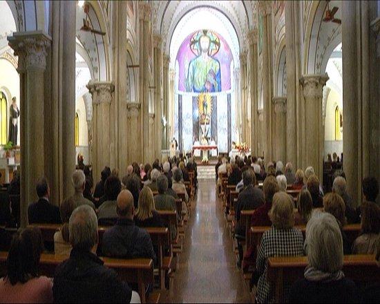 Locri, Italia: Facciata esterna e navata centrale.