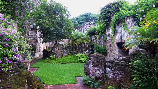 Hotel Cirilo: Walls of ruined convent
