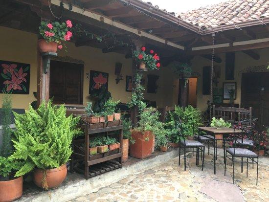 hotel la posada de san antonio: Lovely inner courtyard.
