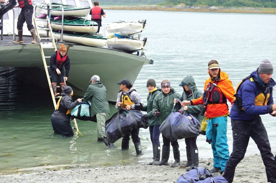 Gustavus, Alaska: Working together to drop off new people and get our stuff back onto the boat,