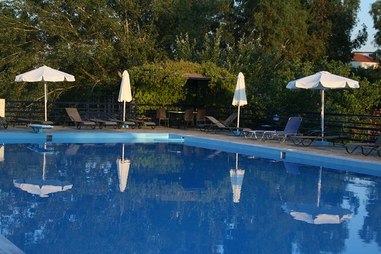 Skala Kallonis, Yunanistan: Evening reflections by the pool