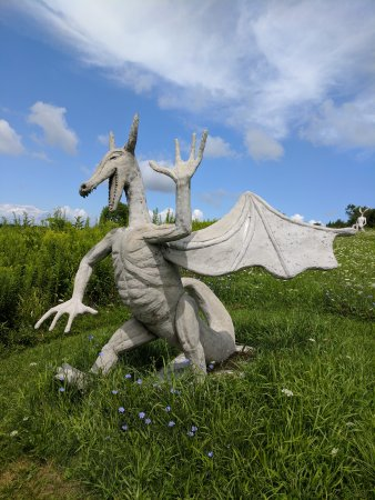 Spencertown, Estado de Nueva York: One of the sculptures that catch your attention from the highway.