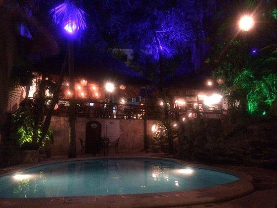 Luna Blue Hotel: piscina interior de tarde noche