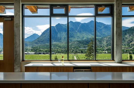 Lillooet, Canadá: View from our tasting room: Looking west over the vineyard to the Coast Mountain range