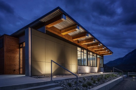 Lillooet, Canadá: Evening shot of the winery