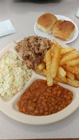 Ooltewah, เทนเนสซี: BBQ pork plate with fries, slaw, baked beans, rolls. $8.75?