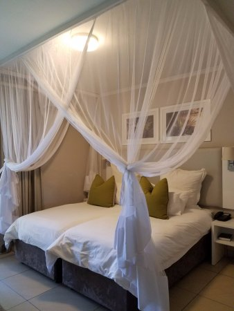 Cresta Sprayview Hotel: Looks romantic but rest assured- it's just mosquito nets! :-)
