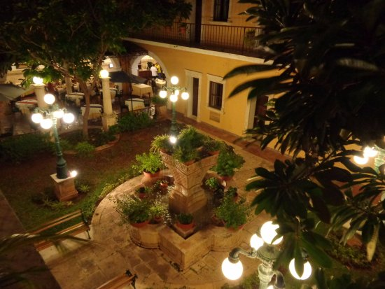Caribe Hotel: Central courtyard at night