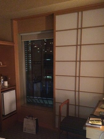 Geen gordijnen, maar mooie Japanse houten schuifpanelen. - Bild von ...
