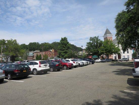 Northport, นิวยอร์ก: public parking lot across the street