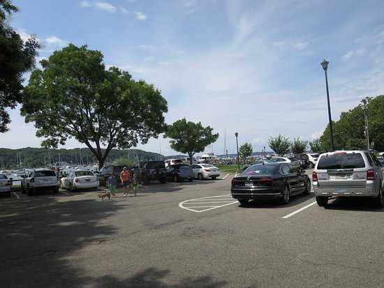 Northport, นิวยอร์ก: public parking lot across the street next to the harbor area