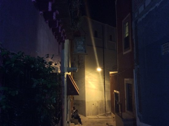 Casa De Pita: Entrada y calle