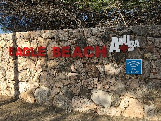 MVC Eagle Beach: Entrada a la playa frente al hotel