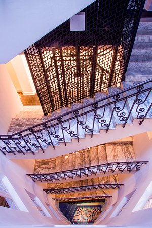 Escaleras y ascensor antiguo, tambien cuentan con uno moderno.