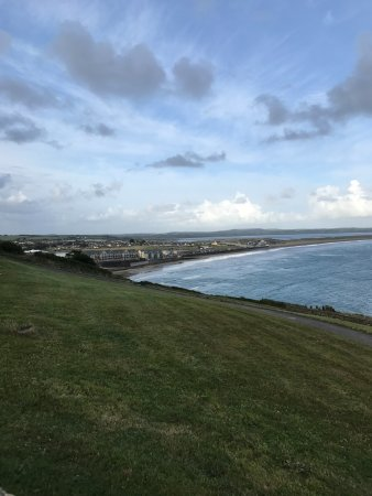 Tramore, Irland: The beach walk Tom recommended to us- what a view!