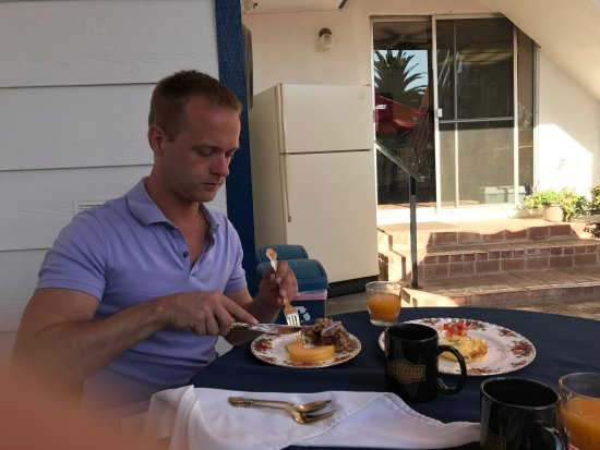Lemon Cove, CA: Mike enjoying breakfast