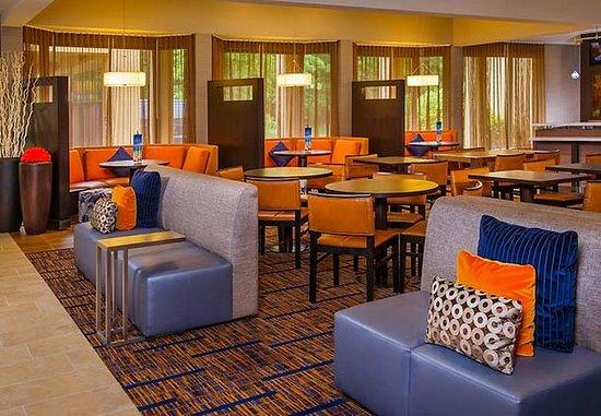 Andover, MA: Lobby Dining Area
