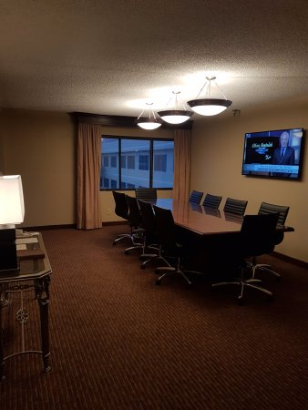 DoubleTree Suites by Hilton Hotel Cincinnati - Blue Ash : Meeting Room attached to room