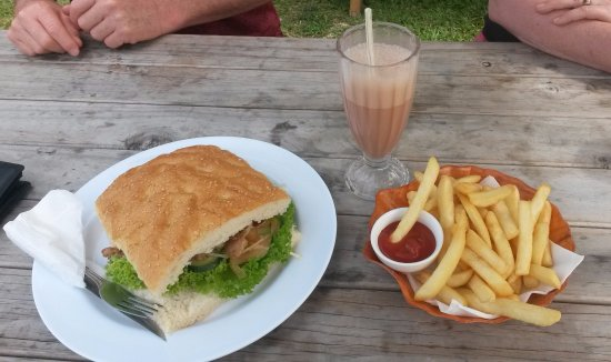 Titikaveka, Cookøerne: Chicken sandwich with side of chips - big enough to serve 3 for lunch
