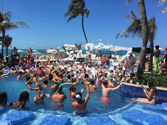 Hotel Riu Cancun Pool Party