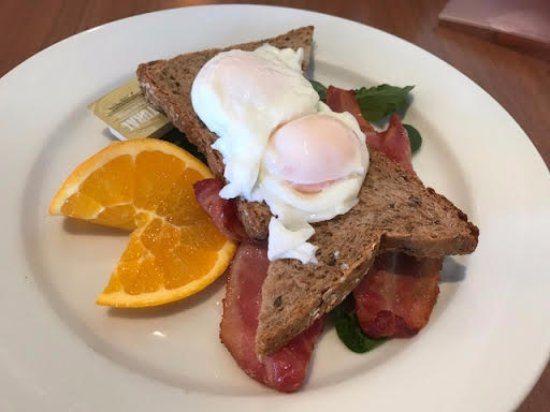 Browns Bay, Nova Zelândia: Poached eggs on toast with bacon