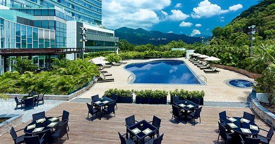 Pool Bar - Hyatt Regency Hong Kong, Sha Tin: Pool Bar overlooking the outdoor swimming pool and Kau To Shan mountain.