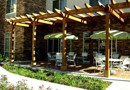 Fairfield Inn & Suites Houston Conroe Near The WoodlandsR: Patio Sitting Area