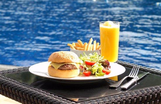 Pool Bar - Hyatt Regency Hong Kong, Sha Tin: Beef burger with cheddar cheese