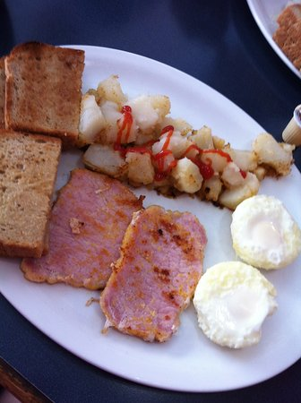 Bruce Mines, Canada: Poached eggs, home fries, pea meal bacon with real home made bread toasted