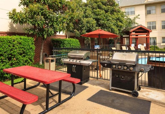 Residence Inn Arlington: Outdoor BBQ Area