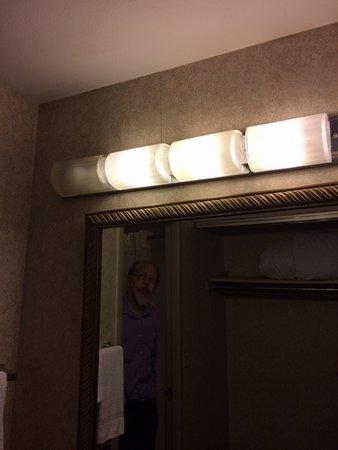 Plaza Hotel: Bathroom light broken.