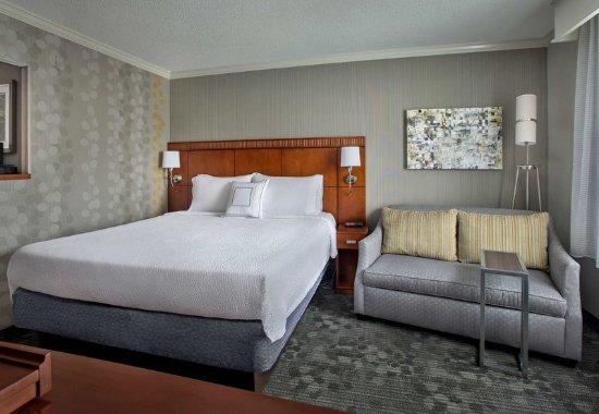 Tinton Falls, NJ: King Guest Room