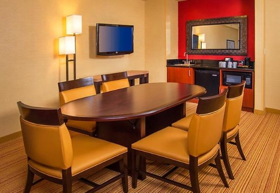 Annapolis Junction, MD: King Suite - Dining Area
