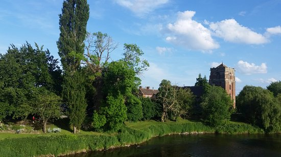 Atcham, UK: Stroll to the Abbey from the hotel.
