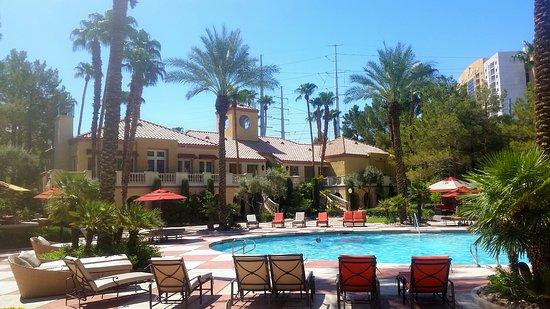 Meridian Luxury Suites: La piscina