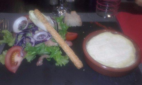 Severac-le-Chateau, Frankrike: Salade au Pérail (chaud) avec du jambon de Pays.