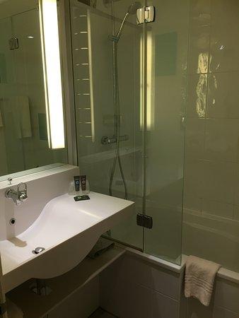 De badkamer met ligbad - Picture of Novotel Birmingham Airport ...