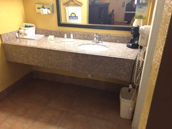 Days Inn Elk City: sink separate from bathing area