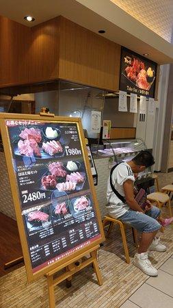 Yamatokoriyama, Japón: お店の入口横では冷蔵ケースにお肉が並べてありお肉の前売りもやってます。