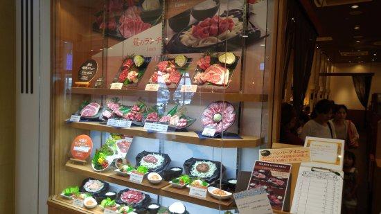 Yamatokoriyama, Japón: お店の入口左側にはメニューのサンプルケースがあります。