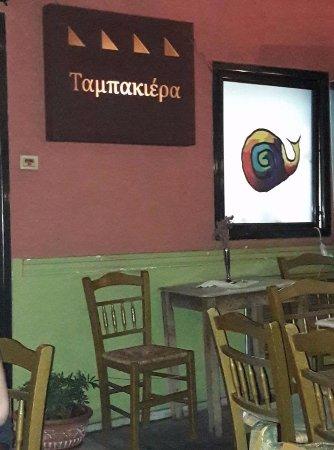 Piraeus Region, Griechenland: Ταμπακιέρα ... μπαίνοντας ... σαν κάτι από παλιά ...
