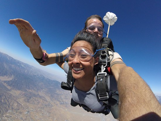 Banning, Californië: Tandem Skydive at SKydive West Coast, over the San Jacinto Mountains, CA.