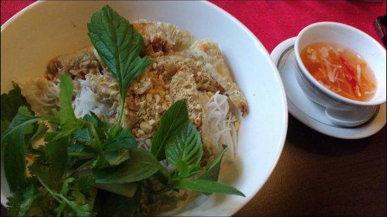 Forchheim, Jerman: Vietnamesisches Reisnudelgericht mit spez. Frühlingsrollen und süß-scharfer! Soße. Lecker 😊