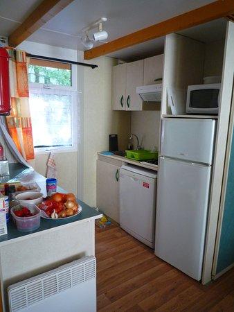 kitchenette 2 br leurs gaz lave vaisselle frigo cong lateur micro ondes plan de travail. Black Bedroom Furniture Sets. Home Design Ideas