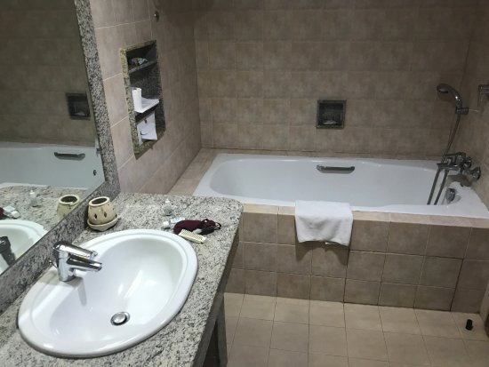 Peninsula Beach Resort Tanjung Benoa: The bathroom set up