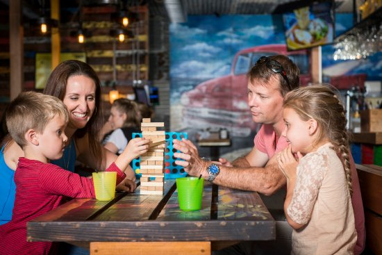 Scarborough, Australia: Old fashioned family fun with games like Jenga and Connect 4 on every table