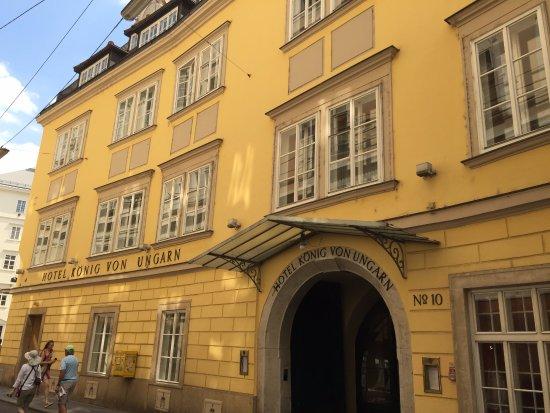 Fa ade de l 39 h tel picture of hotel konig von ungarn for Design hotel ungarn