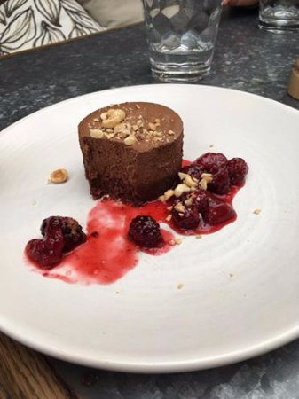 Mount Eden, Nowa Zelandia: Dark Chocolate Pavé toasted hazelnuts and berry coulis