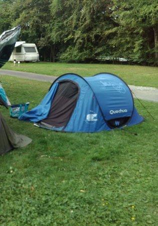 Camping du Port de Plaisance: Camping bordé d'eau d'un côté et d'une entreprise de terrassement de l'autre.