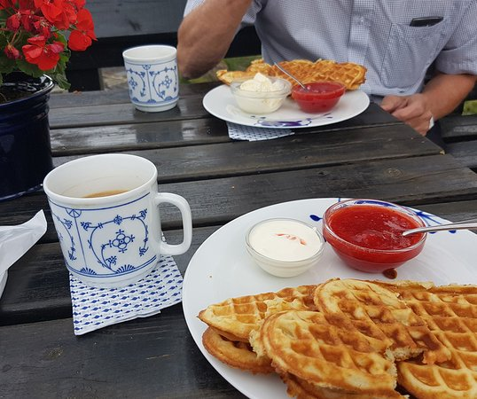Amot Municipality, Norwegen: Delicious waffles with soured cream or ice-cream and jam
